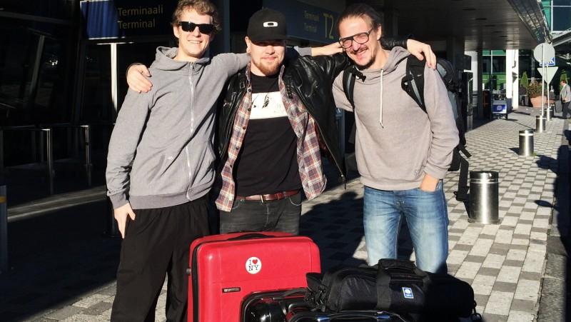 Panu Somerma, Mikko Helander ja Tuomas Lipponen lentokentällä. Matka kohti Tansaniaa alkaa.