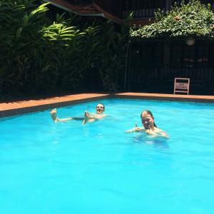 Panu ja Mikko uima-altaalla
