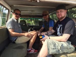 Tuomas, Mikko ja Panu matkalla kuvaamaan Morogorossa.
