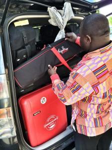 Kuvausvarusteiden pakkaaminen autoon
