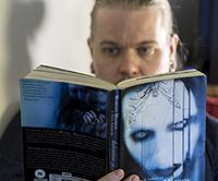 Mikko Helander valitsi Lukurauhan päivän kirjaksi Marilyn Mansonin ja Neil Straussin kirjan Helvettiin ja takaisin
