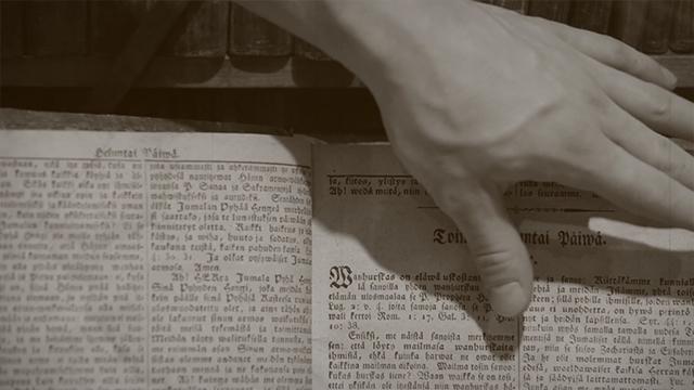 Käsi kääntää kirjan sivua
