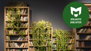 Kirjahylly, jossa roikkuvia viherkasveja sekä kulmassa Vihreä kirjasto -logo.